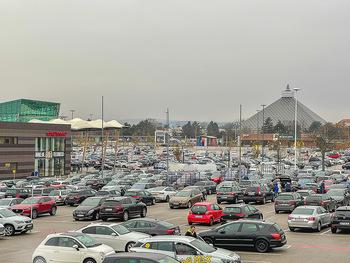Corona Lokalaugenschein SCS - SCS Vösendorf - Mo 07.12.2020 - Blick auf den Hauptparkplatz bei der SCS am Vormittag bei Inters39
