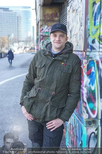 Spaziergang mit Michael Steinocher - Donaukanal Wien - Mi 20.01.2021 - Michael STEINOCHER (Portrait vor Graffiti-Wand)2