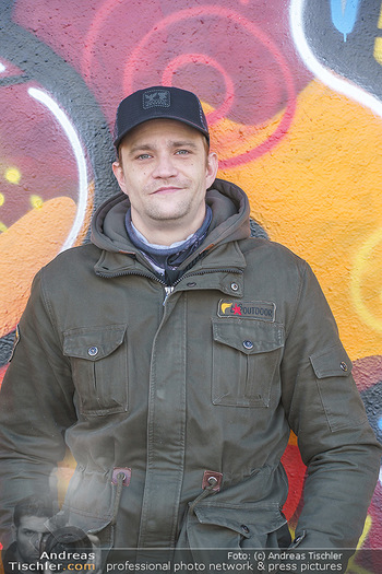 Spaziergang mit Michael Steinocher - Donaukanal Wien - Mi 20.01.2021 - Michael STEINOCHER (Portrait vor Graffiti-Wand)6