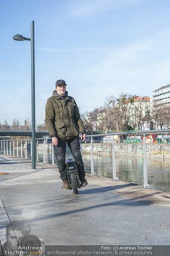 Spaziergang mit Michael Steinocher - Donaukanal Wien - Mi 20.01.2021 - Michael STEINOCHER auf seinem elektrischen Einrad16