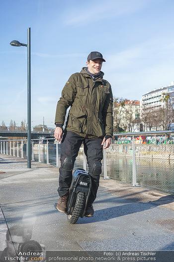 Spaziergang mit Michael Steinocher - Donaukanal Wien - Mi 20.01.2021 - Michael STEINOCHER auf seinem elektrischen Einrad17