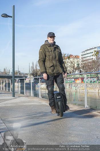 Spaziergang mit Michael Steinocher - Donaukanal Wien - Mi 20.01.2021 - Michael STEINOCHER auf seinem elektrischen Einrad18