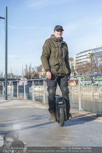 Spaziergang mit Michael Steinocher - Donaukanal Wien - Mi 20.01.2021 - Michael STEINOCHER auf seinem elektrischen Einrad19