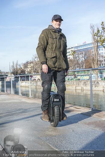 Spaziergang mit Michael Steinocher - Donaukanal Wien - Mi 20.01.2021 - Michael STEINOCHER auf seinem elektrischen Einrad20