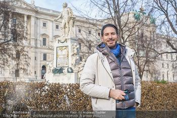 Spaziergang mit Clemens Unterreiner - Wien - Di 02.02.2021 - Clemens UNTERREINER vor dem Mozart-Denkmal im Burggarten1