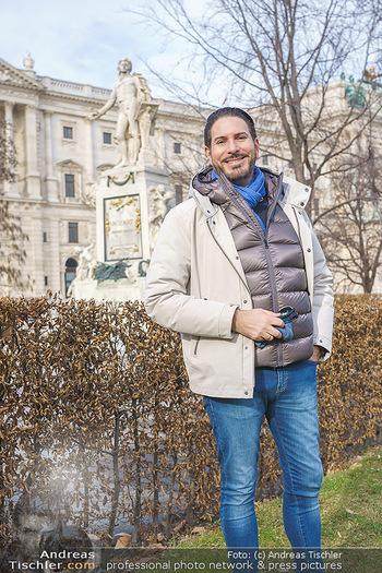 Spaziergang mit Clemens Unterreiner - Wien - Di 02.02.2021 - Clemens UNTERREINER vor dem Mozart-Denkmal im Burggarten33