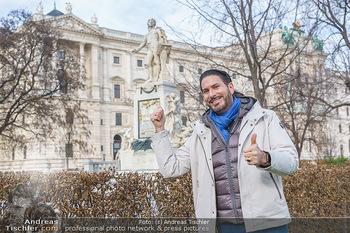 Spaziergang mit Clemens Unterreiner - Wien - Di 02.02.2021 - Clemens UNTERREINER vor dem Mozart-Denkmal im Burggarten34