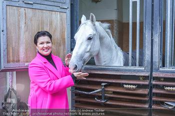 Anna Netrebko bei den Lipizzanern - Spanische Hofreitschule - Stallburg Wien - Di 02.02.2021 - Anna NETREBKO mit Lipizzaner Pferd1