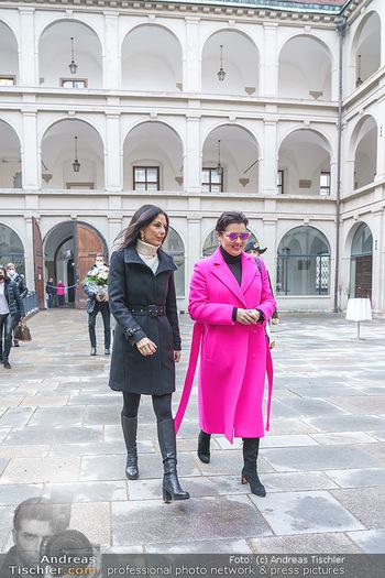 Anna Netrebko bei den Lipizzanern - Spanische Hofreitschule - Stallburg Wien - Di 02.02.2021 - Anna NETREBKO, Sonja KLIMA6