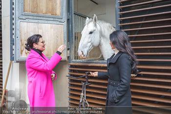 Anna Netrebko bei den Lipizzanern - Spanische Hofreitschule - Stallburg Wien - Di 02.02.2021 - Anna NETREBKO, Sonja KLIMA mit Lipizzaner Pferd7