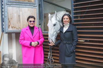 Anna Netrebko bei den Lipizzanern - Spanische Hofreitschule - Stallburg Wien - Di 02.02.2021 - Anna NETREBKO, Sonja KLIMA mit Lipizzaner Pferd8
