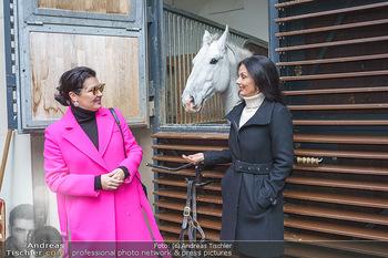 Anna Netrebko bei den Lipizzanern - Spanische Hofreitschule - Stallburg Wien - Di 02.02.2021 - Anna NETREBKO, Sonja KLIMA mit Lipizzaner Pferd9