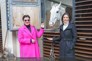 Anna Netrebko bei den Lipizzanern - Spanische Hofreitschule - Stallburg Wien - Di 02.02.2021 - Anna NETREBKO, Sonja KLIMA mit Lipizzaner Pferd11