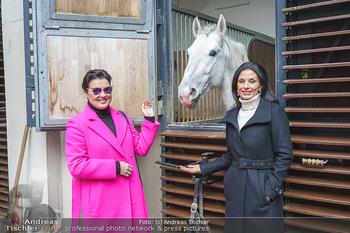 Anna Netrebko bei den Lipizzanern - Spanische Hofreitschule - Stallburg Wien - Di 02.02.2021 - Anna NETREBKO, Sonja KLIMA mit Lipizzaner Pferd12