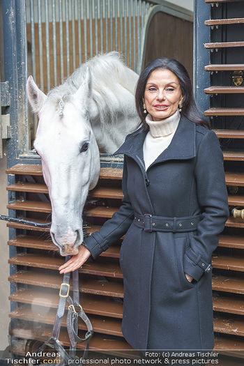 Anna Netrebko bei den Lipizzanern - Spanische Hofreitschule - Stallburg Wien - Di 02.02.2021 - Sonja KLIMA mit Lipizzaner Pferd13