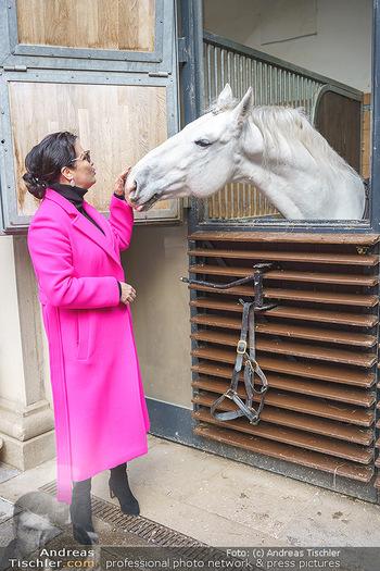 Anna Netrebko bei den Lipizzanern - Spanische Hofreitschule - Stallburg Wien - Di 02.02.2021 - Anna NETREBKO mit Lipizzaner Pferd16