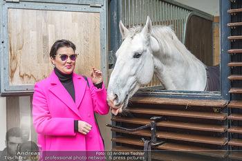 Anna Netrebko bei den Lipizzanern - Spanische Hofreitschule - Stallburg Wien - Di 02.02.2021 - Anna NETREBKO mit Lipizzaner Pferd17