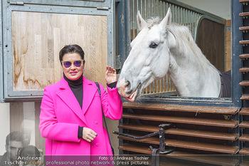 Anna Netrebko bei den Lipizzanern - Spanische Hofreitschule - Stallburg Wien - Di 02.02.2021 - Anna NETREBKO mit Lipizzaner Pferd19
