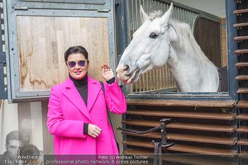 Anna Netrebko bei den Lipizzanern - Spanische Hofreitschule - Stallburg Wien - Di 02.02.2021 - Anna NETREBKO mit Lipizzaner Pferd20