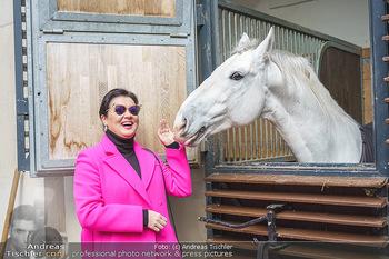 Anna Netrebko bei den Lipizzanern - Spanische Hofreitschule - Stallburg Wien - Di 02.02.2021 - Anna NETREBKO mit Lipizzaner Pferd21