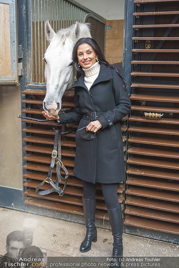 Anna Netrebko bei den Lipizzanern - Spanische Hofreitschule - Stallburg Wien - Di 02.02.2021 - Sonja KLIMA mit Lipizzaner Pferd23