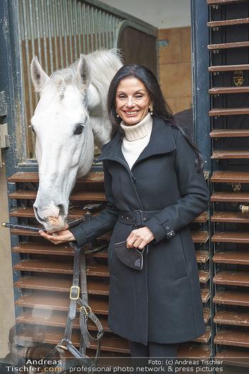 Anna Netrebko bei den Lipizzanern - Spanische Hofreitschule - Stallburg Wien - Di 02.02.2021 - Sonja KLIMA (Portrait mit Lipizzaner Pferd)26