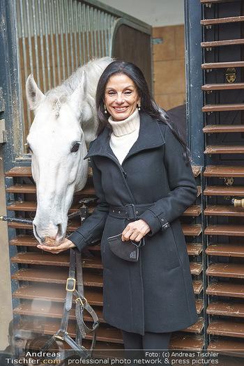 Anna Netrebko bei den Lipizzanern - Spanische Hofreitschule - Stallburg Wien - Di 02.02.2021 - Sonja KLIMA (Portrait mit Lipizzaner Pferd)27