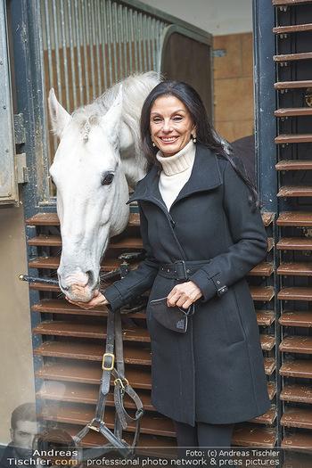 Anna Netrebko bei den Lipizzanern - Spanische Hofreitschule - Stallburg Wien - Di 02.02.2021 - Sonja KLIMA (Portrait mit Lipizzaner Pferd)28