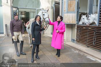 Anna Netrebko bei den Lipizzanern - Spanische Hofreitschule - Stallburg Wien - Di 02.02.2021 - Anna NETREBKO, Sonja KLIMA mit Bereiter und Lipizzaner Pferd30