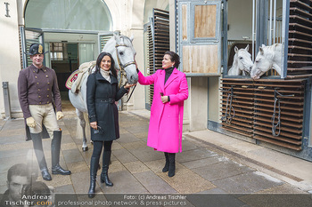 Anna Netrebko bei den Lipizzanern - Spanische Hofreitschule - Stallburg Wien - Di 02.02.2021 - Anna NETREBKO, Sonja KLIMA mit Bereiter und Lipizzaner Pferd31