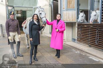 Anna Netrebko bei den Lipizzanern - Spanische Hofreitschule - Stallburg Wien - Di 02.02.2021 - Anna NETREBKO, Sonja KLIMA mit Bereiter und Lipizzaner Pferd32