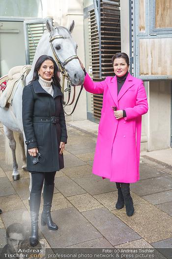 Anna Netrebko bei den Lipizzanern - Spanische Hofreitschule - Stallburg Wien - Di 02.02.2021 - Anna NETREBKO, Sonja KLIMA mit Lipizzaner Pferd33