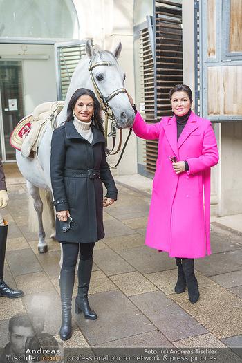 Anna Netrebko bei den Lipizzanern - Spanische Hofreitschule - Stallburg Wien - Di 02.02.2021 - Anna NETREBKO, Sonja KLIMA mit Lipizzaner Pferd34