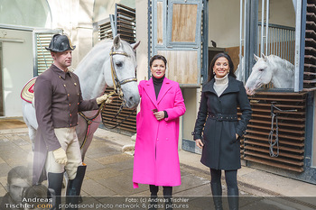 Anna Netrebko bei den Lipizzanern - Spanische Hofreitschule - Stallburg Wien - Di 02.02.2021 - Anna NETREBKO, Sonja KLIMA mit Bereiter und Lipizzaner Pferd37