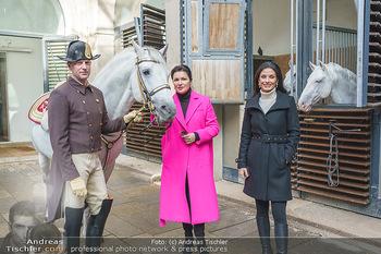 Anna Netrebko bei den Lipizzanern - Spanische Hofreitschule - Stallburg Wien - Di 02.02.2021 - Anna NETREBKO, Sonja KLIMA mit Bereiter und Lipizzaner Pferd38