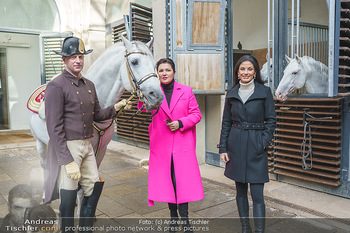 Anna Netrebko bei den Lipizzanern - Spanische Hofreitschule - Stallburg Wien - Di 02.02.2021 - Anna NETREBKO, Sonja KLIMA mit Bereiter und Lipizzaner Pferd39