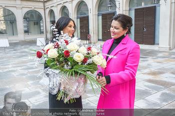 Anna Netrebko bei den Lipizzanern - Spanische Hofreitschule - Stallburg Wien - Di 02.02.2021 - Anna NETREBKO, Sonja KLIMA46