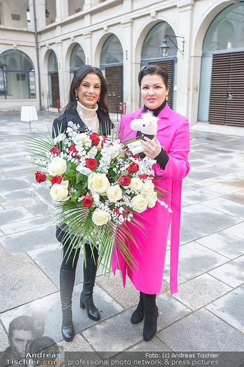 Anna Netrebko bei den Lipizzanern - Spanische Hofreitschule - Stallburg Wien - Di 02.02.2021 - Anna NETREBKO, Sonja KLIMA48