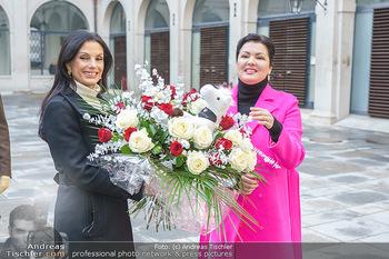 Anna Netrebko bei den Lipizzanern - Spanische Hofreitschule - Stallburg Wien - Di 02.02.2021 - Anna NETREBKO, Sonja KLIMA51