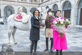 Anna Netrebko bei den Lipizzanern - Spanische Hofreitschule - Stallburg Wien - Di 02.02.2021 - Anna NETREBKO, Sonja KLIMA mit Bereiter und Lipizzaner Pferd53