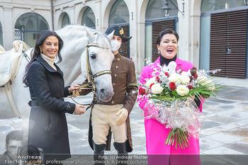 Anna Netrebko bei den Lipizzanern - Spanische Hofreitschule - Stallburg Wien - Di 02.02.2021 - Anna NETREBKO, Sonja KLIMA mit Bereiter und Lipizzaner Pferd55