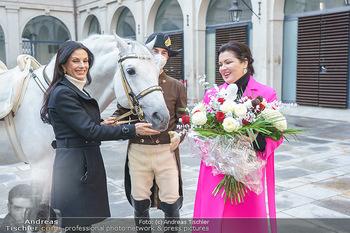 Anna Netrebko bei den Lipizzanern - Spanische Hofreitschule - Stallburg Wien - Di 02.02.2021 - Anna NETREBKO, Sonja KLIMA mit Bereiter und Lipizzaner Pferd56