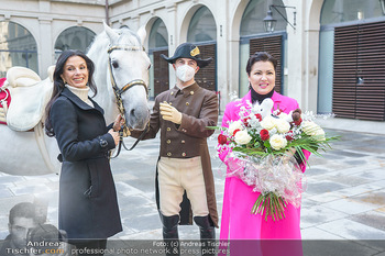 Anna Netrebko bei den Lipizzanern - Spanische Hofreitschule - Stallburg Wien - Di 02.02.2021 - Anna NETREBKO, Sonja KLIMA mit Bereiter und Lipizzaner Pferd57