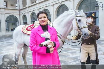Anna Netrebko bei den Lipizzanern - Spanische Hofreitschule - Stallburg Wien - Di 02.02.2021 - Anna NETREBKO mit Lipizzaner Pferd62