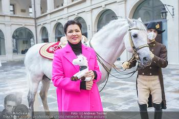 Anna Netrebko bei den Lipizzanern - Spanische Hofreitschule - Stallburg Wien - Di 02.02.2021 - Anna NETREBKO mit Lipizzaner Pferd63