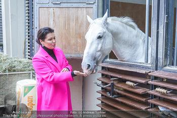 Anna Netrebko bei den Lipizzanern - Spanische Hofreitschule - Stallburg Wien - Di 02.02.2021 - Anna NETREBKO mit Lipizzaner Pferd65