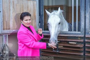 Anna Netrebko bei den Lipizzanern - Spanische Hofreitschule - Stallburg Wien - Di 02.02.2021 - Anna NETREBKO mit Lipizzaner Pferd71