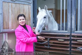 Anna Netrebko bei den Lipizzanern - Spanische Hofreitschule - Stallburg Wien - Di 02.02.2021 - Anna NETREBKO mit Lipizzaner Pferd72