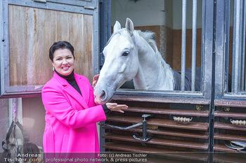 Anna Netrebko bei den Lipizzanern - Spanische Hofreitschule - Stallburg Wien - Di 02.02.2021 - Anna NETREBKO mit Lipizzaner Pferd73