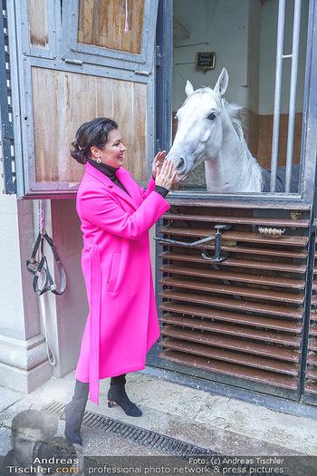 Anna Netrebko bei den Lipizzanern - Spanische Hofreitschule - Stallburg Wien - Di 02.02.2021 - Anna NETREBKO mit Lipizzaner Pferd74